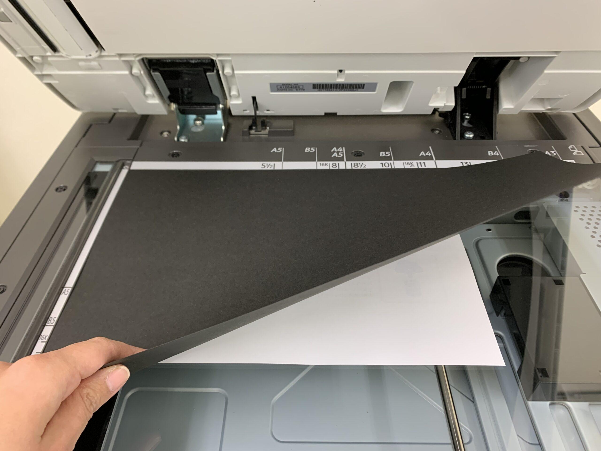黒い紙を重ねてスキャンする
