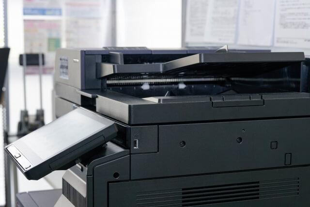 コピー機で書類をスキャンす